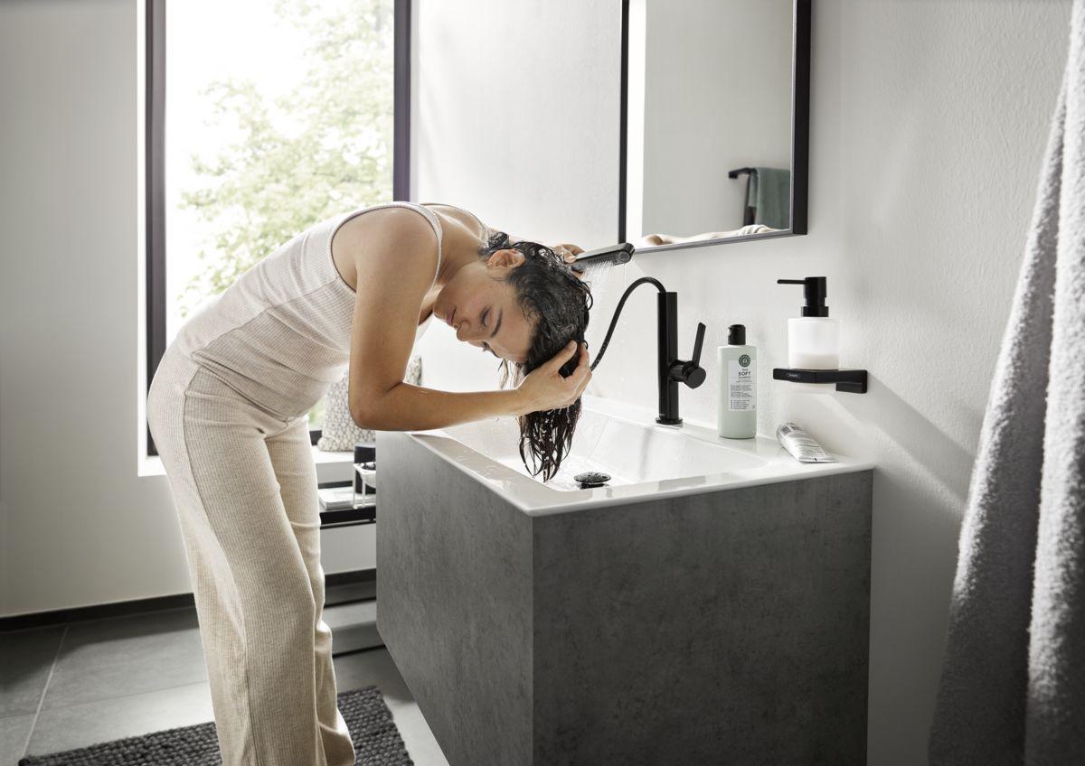 Umycie włosów w umywalce nie jest już problemem dzięki baterii umywalkowej Finoris od hansgrohe